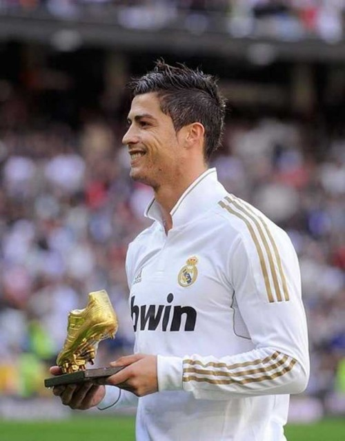 Christiano Ronaldo auctions off golden boot award