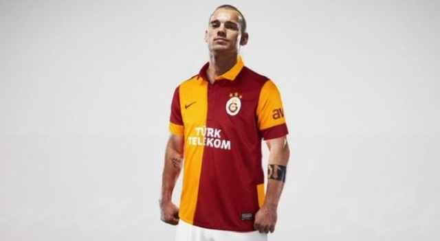 Wesley Sneijder Wearing his new Galatasaray Jersey