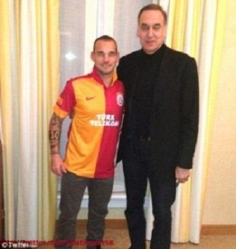 Wesley Sneijder poses with his new boss in his new Galatasaray shirt