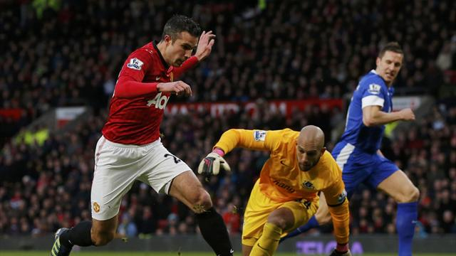 Goals from Ryan Giggs and Robin van Persie gave Manchester United a 2-0 home win over Everton to extend their lead at the top of the table