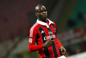 Mario Balotelli acts calm and professional even when some Inter fans were chanting monkey noises