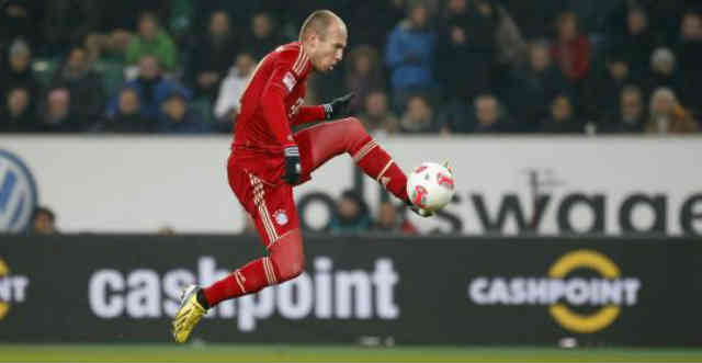 Robben with a missile shot to the goal against Wolfsburg