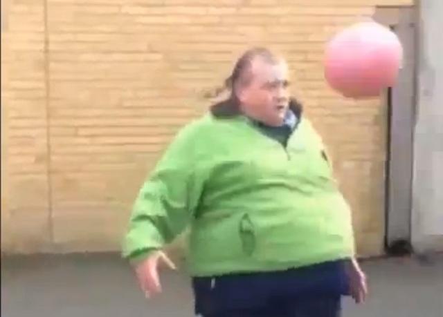 "Meet ""Welsh Maradona"" Andrew Cassidy : Fat, 50, And An Amazing Football Freestyler."