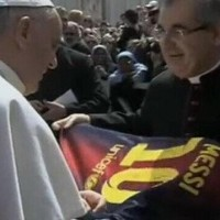 Pope Francis receives Messi shirt