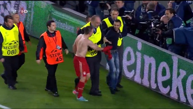 Franck Ribery Gives his Jersey to Fan when security kicks him out of the pitch- Barcelona 0-3 Bayern Munich