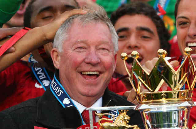 Sir Alex Ferguson celebrates with his team of winning the title