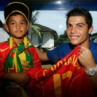 Cristiano Ronaldo with a child who survived the Indonesian tsunami in 2004.