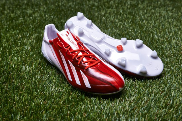 The color of the shoe is a mixture of red and white, red is the favorite color of Messi, symbol of the passion of the player