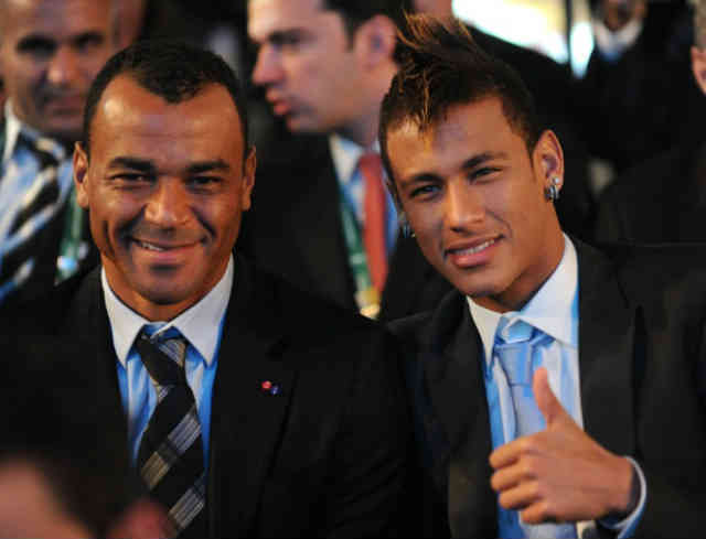 Cafu and Neymar take one picture together