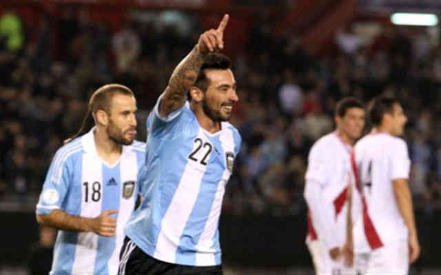Lavezzi secures Argentina to the top