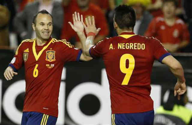 Negredo yet again celebrates his goal with Iniesta