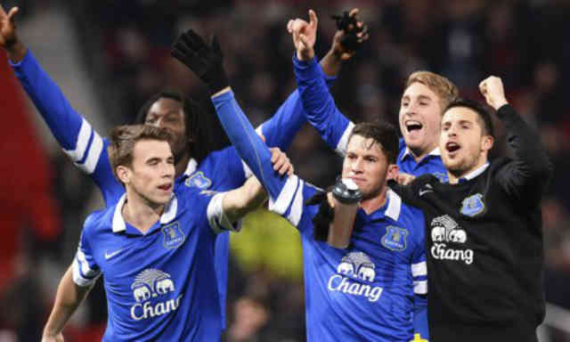 Everton celebrate their victory against Manchester United in Old Trafford