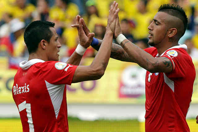 Sanchez tries to convince his friend vidal to join Barca but refuses